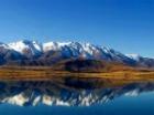 湖に映りこむ山並み