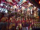 線香も珍しい香港式寺院