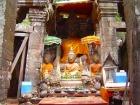 本殿には仏像が祀られている