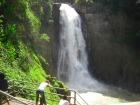 見事な滝(乾季には水量が減ります)