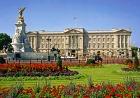 美しい庭園が広がるバッキンガム宮殿