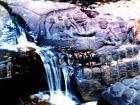 川底に彫られた神々の彫刻