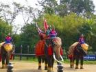古代の衣装で戦闘を再現