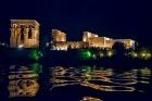 川に神殿が映ってキレイ