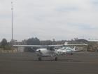 4人乗り(パイロットを入れて)のセスナ機