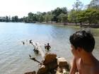 スラ・スランで泳ぐ子供達