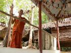 オレンジの袈裟を纏った僧侶