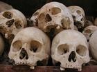 キリング・フィールドに並べられた頭蓋骨