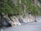 岩壁を縫う細い通路