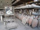 町の中心地フォルム脇の建物に収蔵されている発掘品と石膏で固められた人や犬の像
