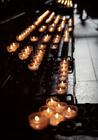 人々の祈りがこめられた蝋燭の灯り