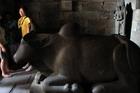 プランバナンの塔の中に牛が、、
