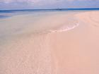 目にまぶしい真っ白な砂浜