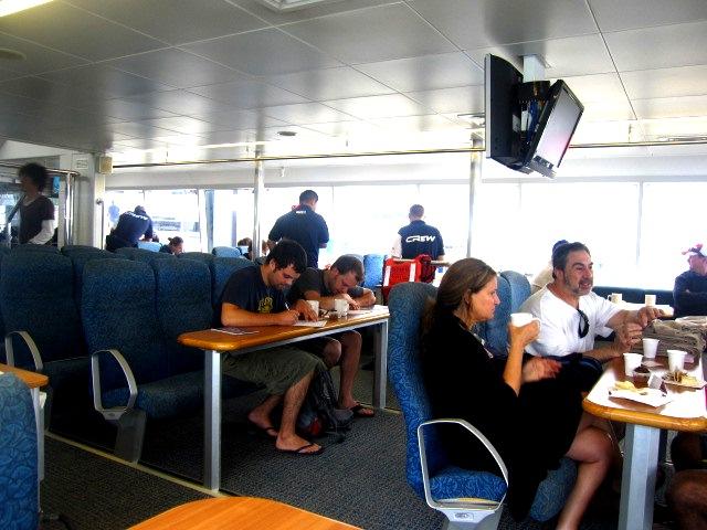 ゆったりした船内で朝食+用紙に記入