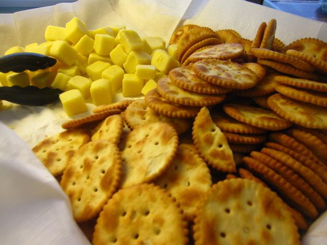 帰りの船ではクラッカーとチーズ