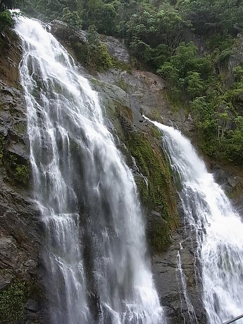 列車は滝のすぐそばを通ります