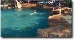 プールでのんびり