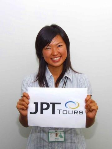 JPT Toursの看板を持ったガイドがお待ちしています