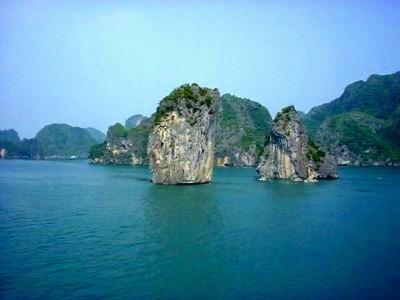 奇岩が海面からそそり立つ