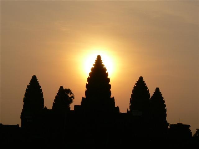 春分と秋分には、3塔の真ん中から太陽が昇ります