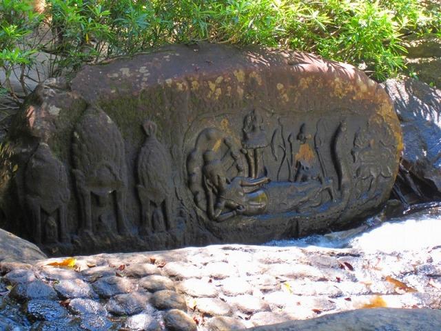 クバールスピアン 川の脇に無造作にある彫刻