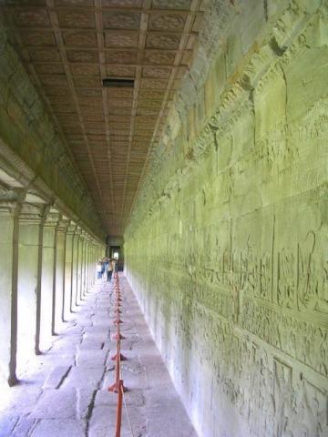 壮大なレリーフの並ぶ回廊