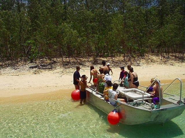 島へは小船で渡ります