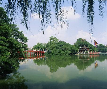 ホアンキエム湖の真ん中にある玉山寺を観光です!