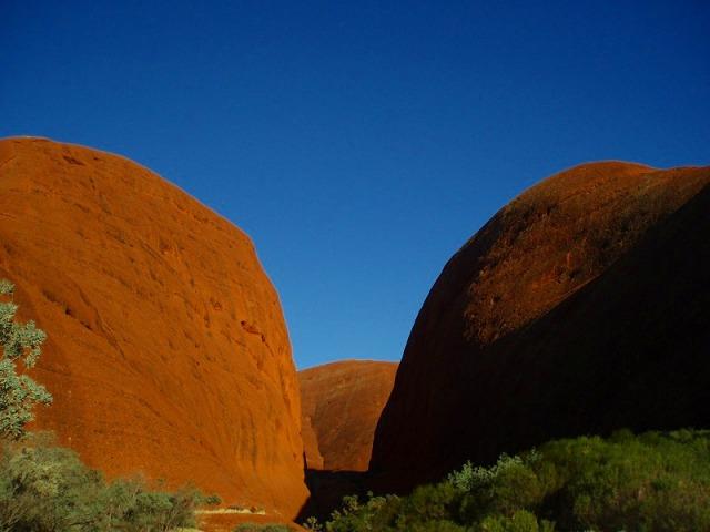 ドーム状の奇岩が並ぶオルガ岩群