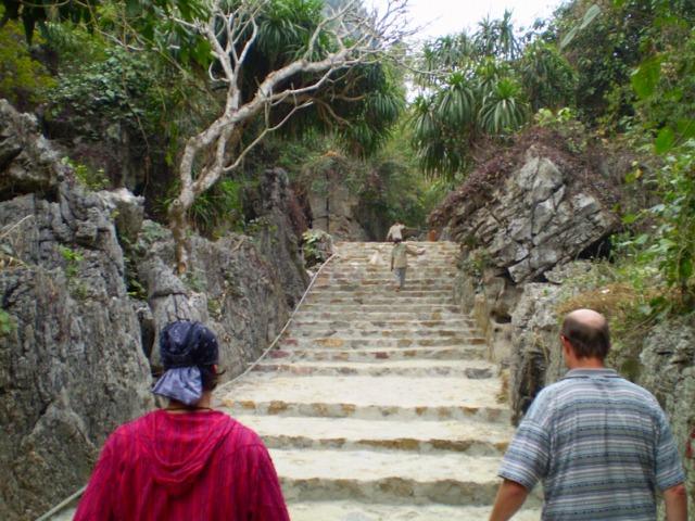 山頂から下りてくる観光客に励まされつつさらに登り続けます。