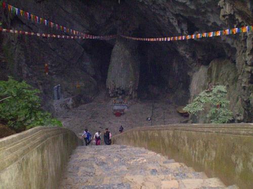 山頂に着いたら今度は香寺院のある洞窟へ降りていきます。巨大な鍾乳洞に圧巻です!