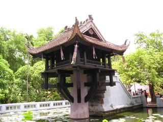 一本の柱の上に建つ一柱寺です!