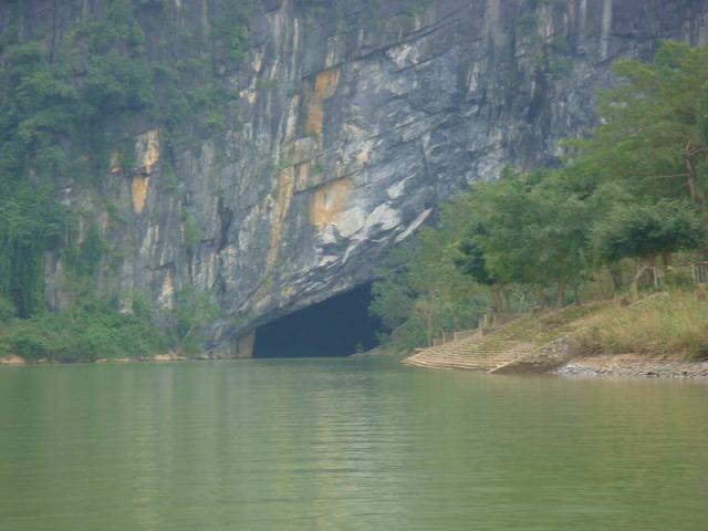 洞窟入り口へはボートで
