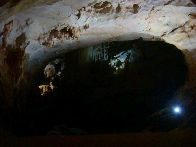 壮大な規模を誇るフォンニャ洞窟
