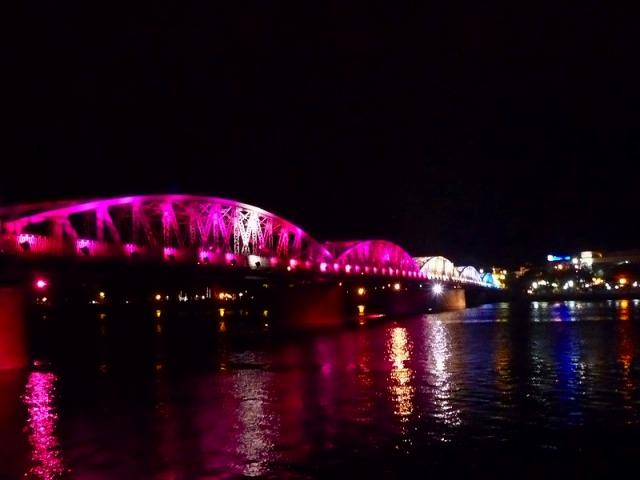ライトアップされるチャンティエン橋