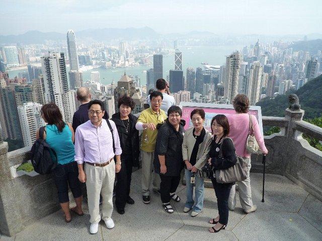 香港の景色を背に記念撮影