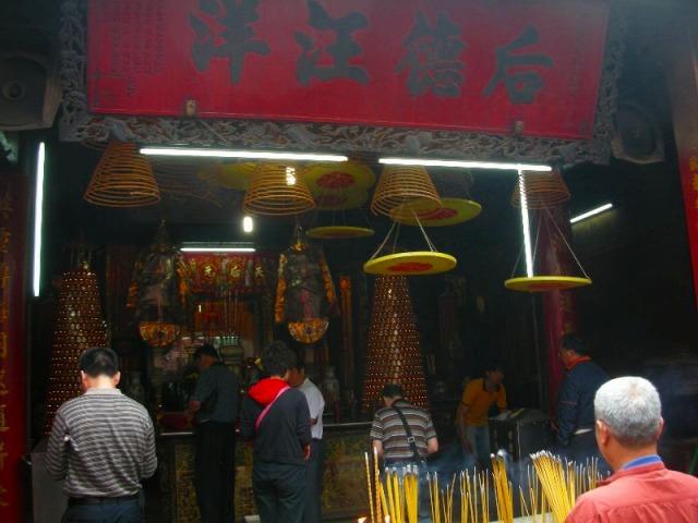 中国式の寺院でお参りを