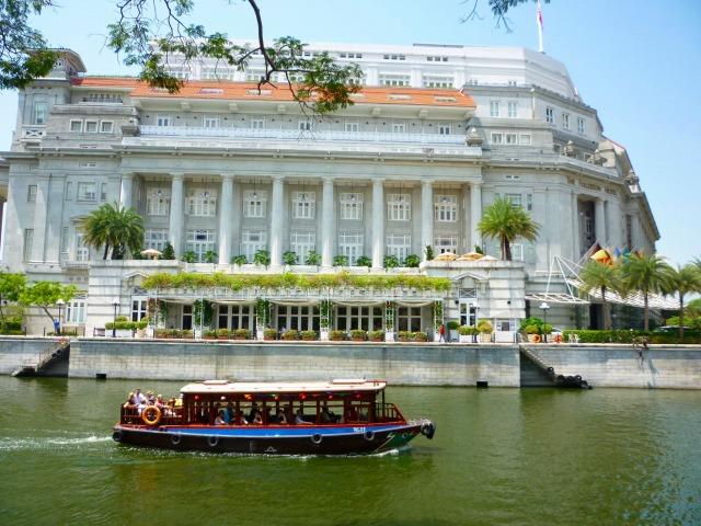 リバーボートから眺める「ラッフルズホテル」