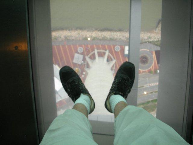 展望台の足元はガラス張り??