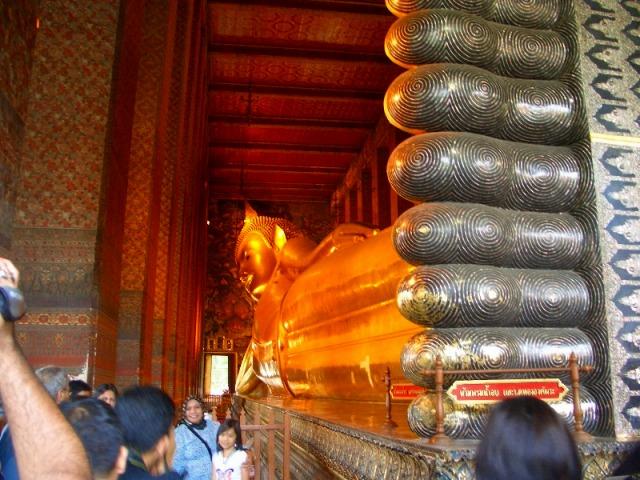 涅槃仏寺院のひとこまです