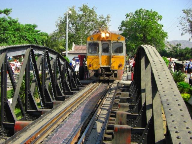 戦場に架ける橋に列車が到着