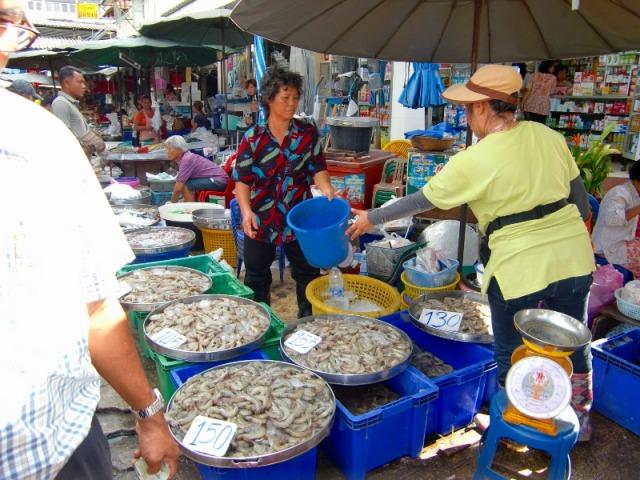 市場では主に海産物は売られています