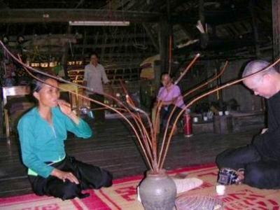 ムオン族のお酒ゼウカン。竹のストローでみんなで楽しむのがムオン族式