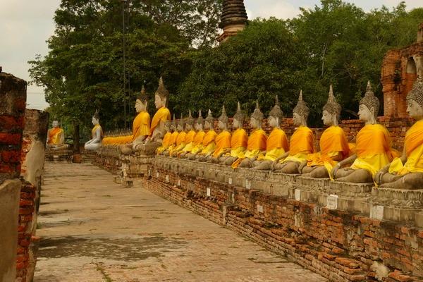 ワット・ヤイ・チャイ・モンコンに並ぶ仏像