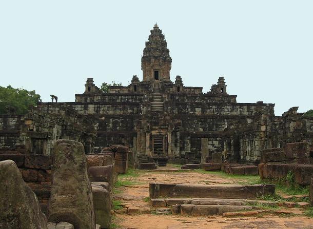 アンコール初のピラミッド寺院「バコン」