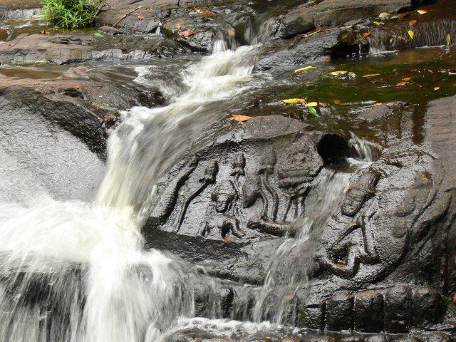 「川底の彫刻」クバールスピアン