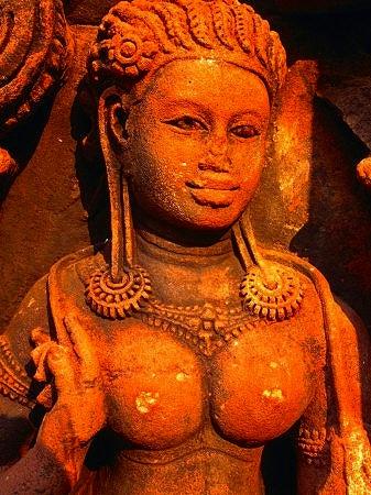 デヴァダー像「東洋のモナリサ」と言われている