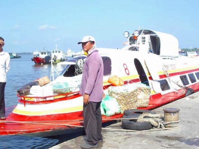 ボートに乗りいざカニ島へ!!