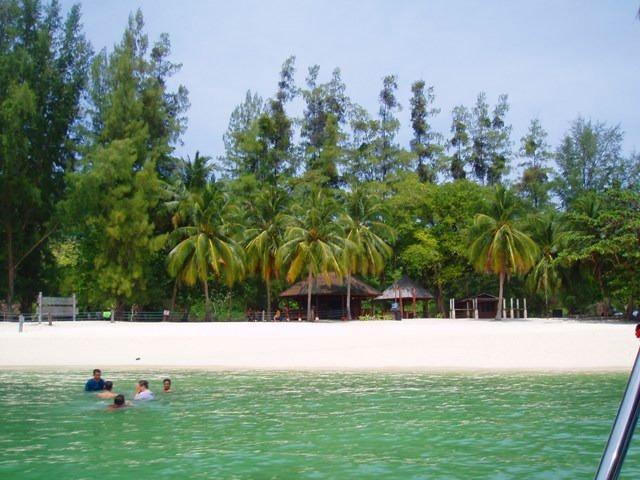 ジャングルに覆われた無人島は南国の雰囲気たっぷり!!