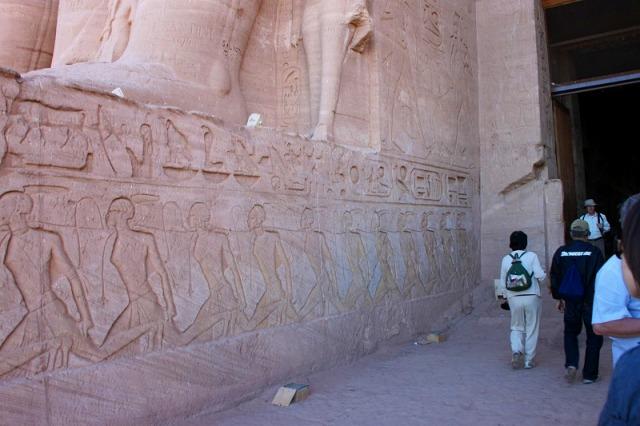 神殿の入り口には奴隷として捕らえた兵士の壁画